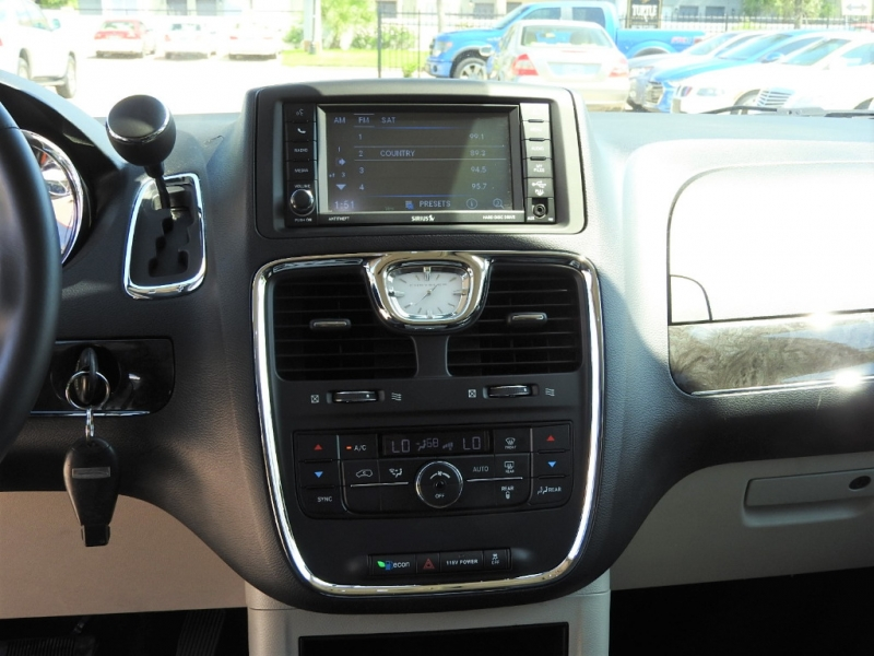 Chrysler Town & Country 2014 price $10,988