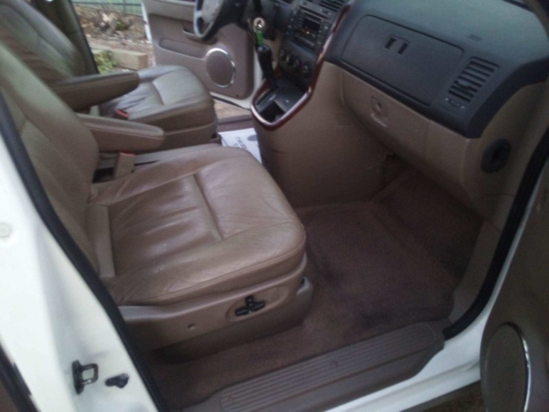 Kia Sedona 2002 price $2,750