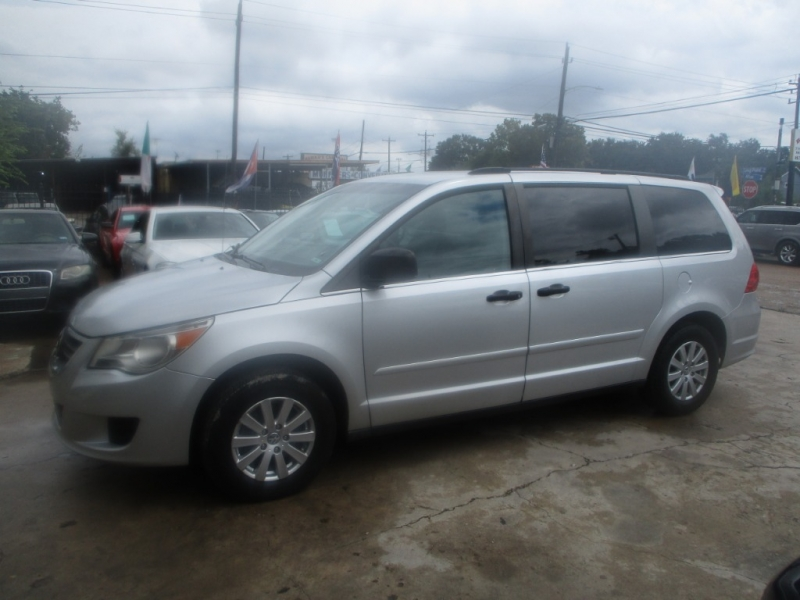 Volkswagen Routan 2009 price $3,700