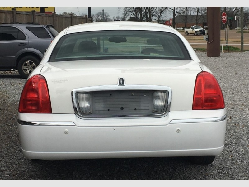 LINCOLN TOWN CAR 2004 price $6,895