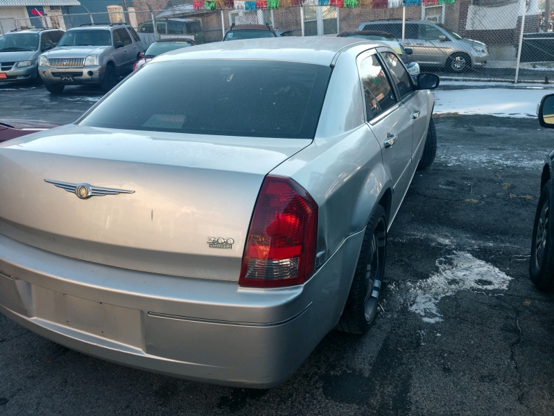 Chrysler 300-Series 2005 price $1,995 Cash