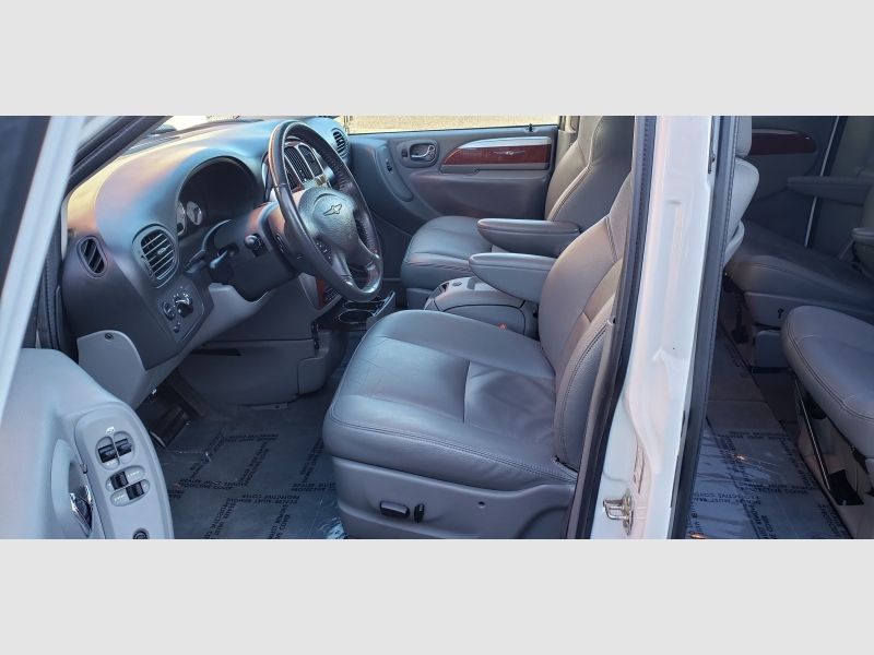 Chrysler Town & Country 2005 price $4,997
