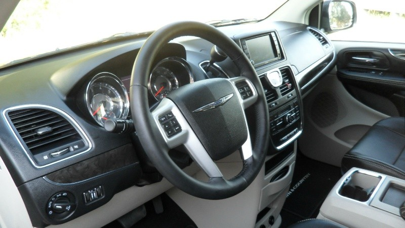 Chrysler Town & Country 2014 price $12,800