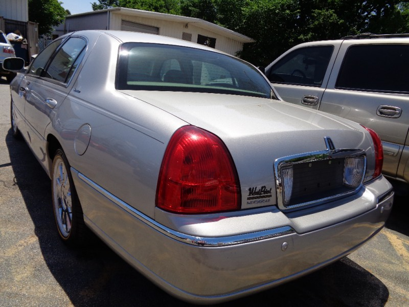 Lincoln Town Car 2004 price $3,995