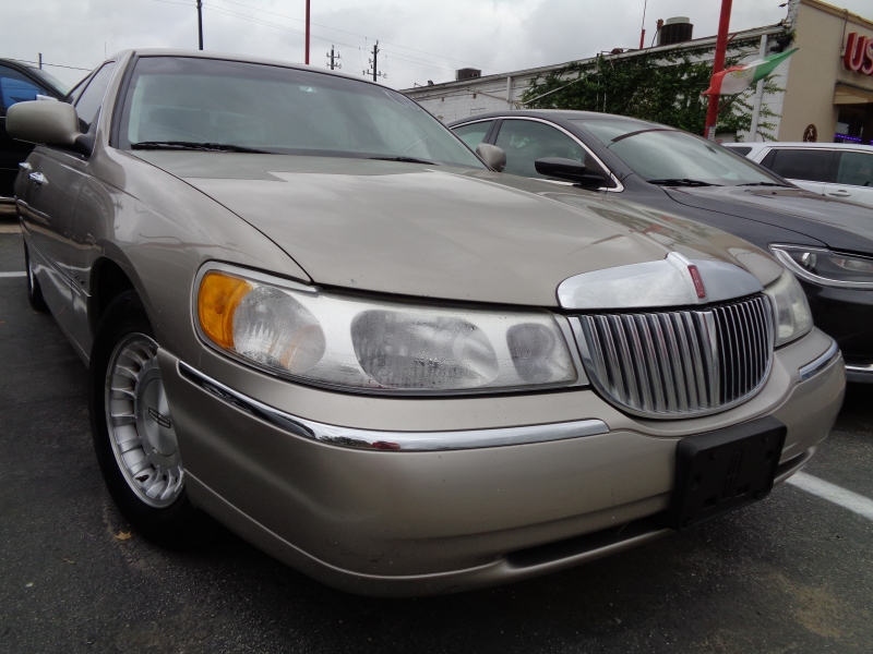 Lincoln Town Car 1999 price $4,495