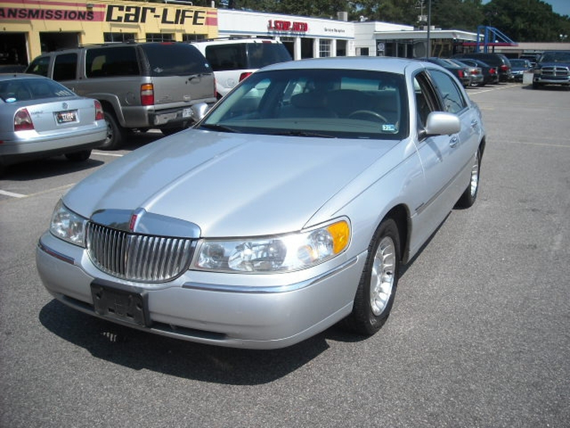 Lincoln Town Car 2002 price $3,900