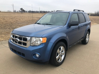 2010 Ford Escape FWD 4dr XLT*SUPER NICE AND IMMACULATE*RUNS FANTASTIC*CHROME WHEELS*LOW MIES*NEW TIR