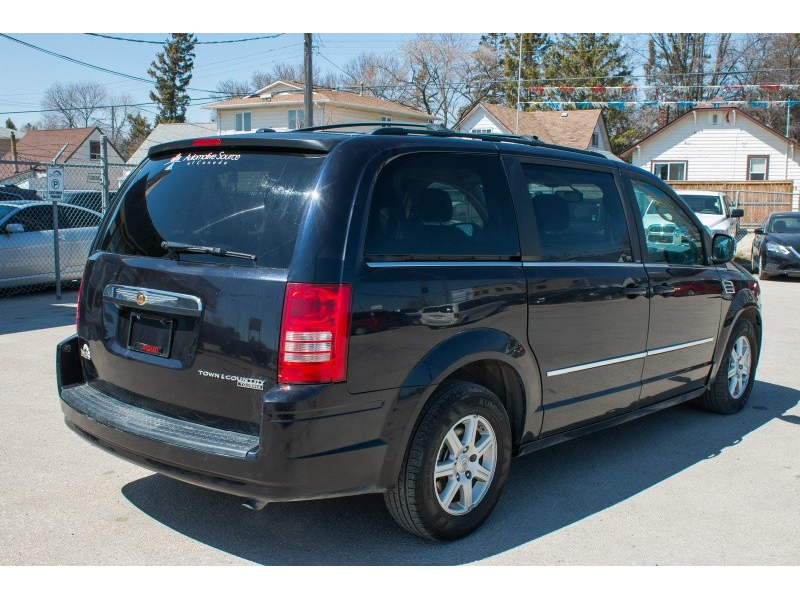 Chrysler Town & Country 2010 price $8,760