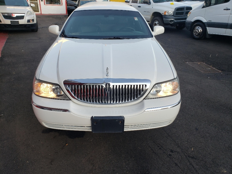 Lincoln Town Car 2004 price $8,895