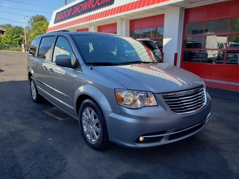 Chrysler Town & Country 2016 price $8,995