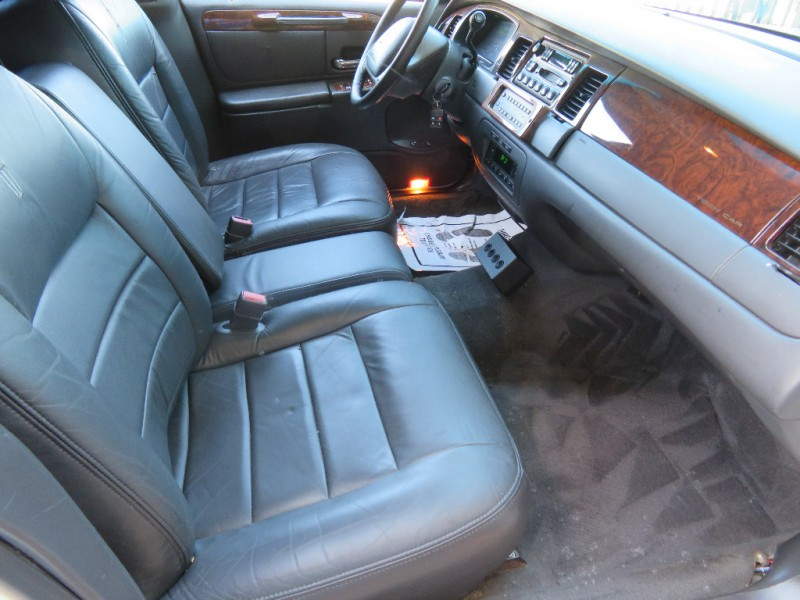 Lincoln Town Car 2001 price $4,595
