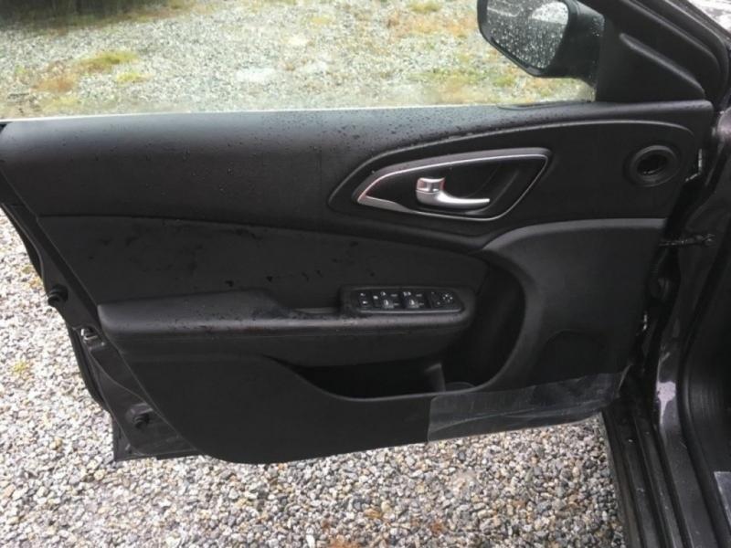 Chrysler 200 2017 price $15,998