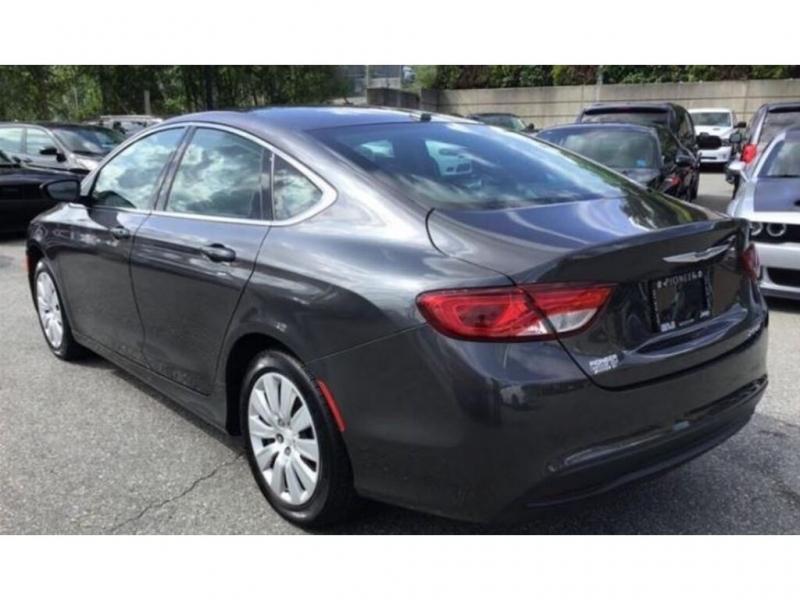 Chrysler 200 2017 price $15,995