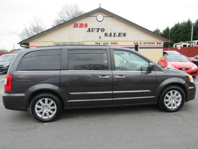 Chrysler Town & Country 2016 price $12,995