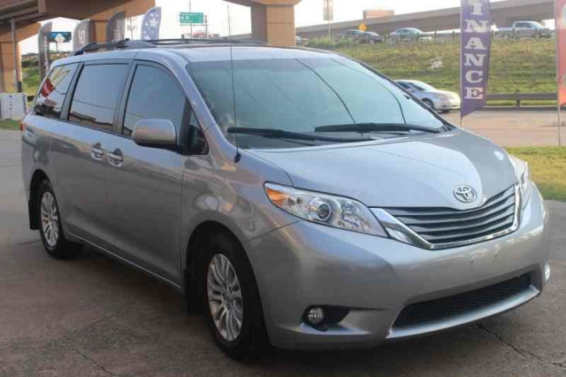 2012 Toyota Sienna w/Navigation