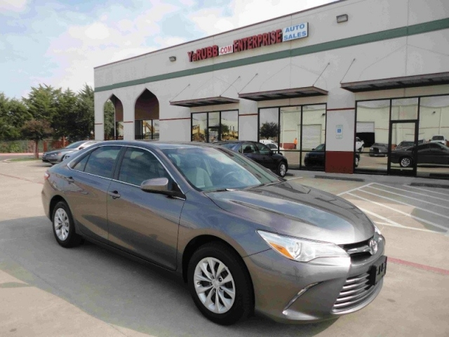 2016 Toyota Camry LE 1 Owner Backup Cam Bluetooth