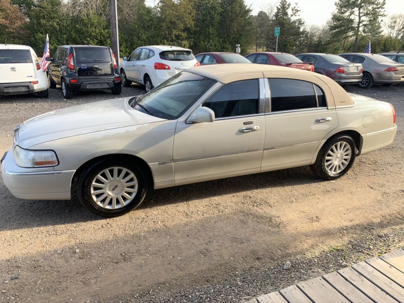 LINCOLN TOWN CAR 2004 price Call for Pricing.
