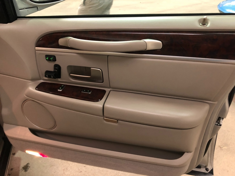 Lincoln Town Car 2007 price $11,000