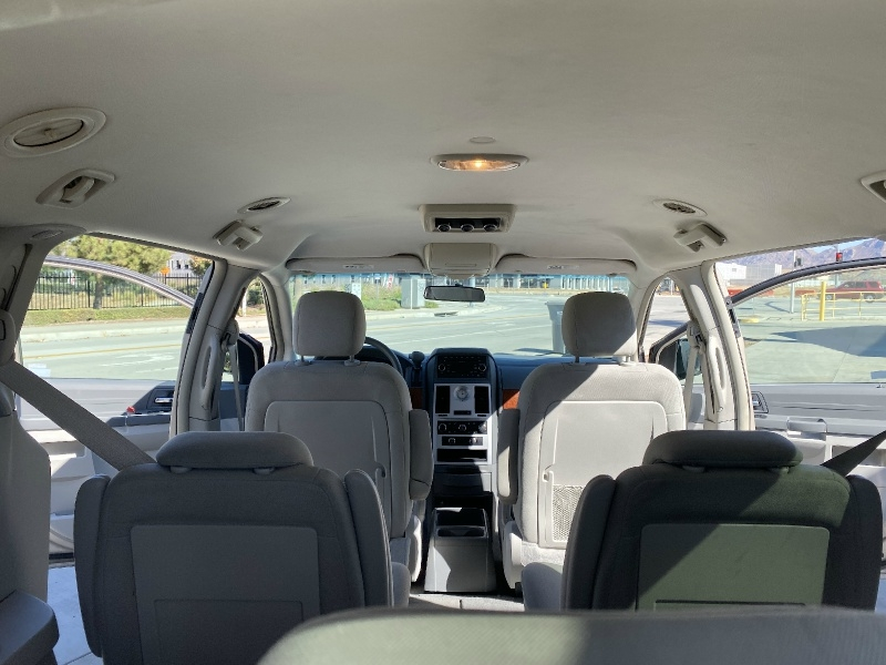 Chrysler Town & Country 2009 price $5,495