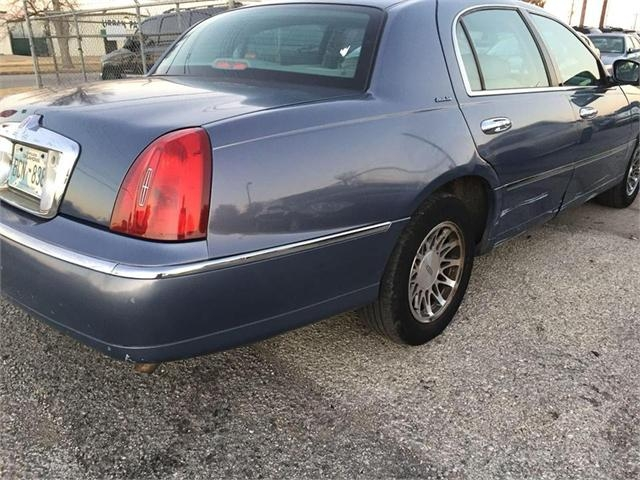 Lincoln Town Car 2000 price $2,000
