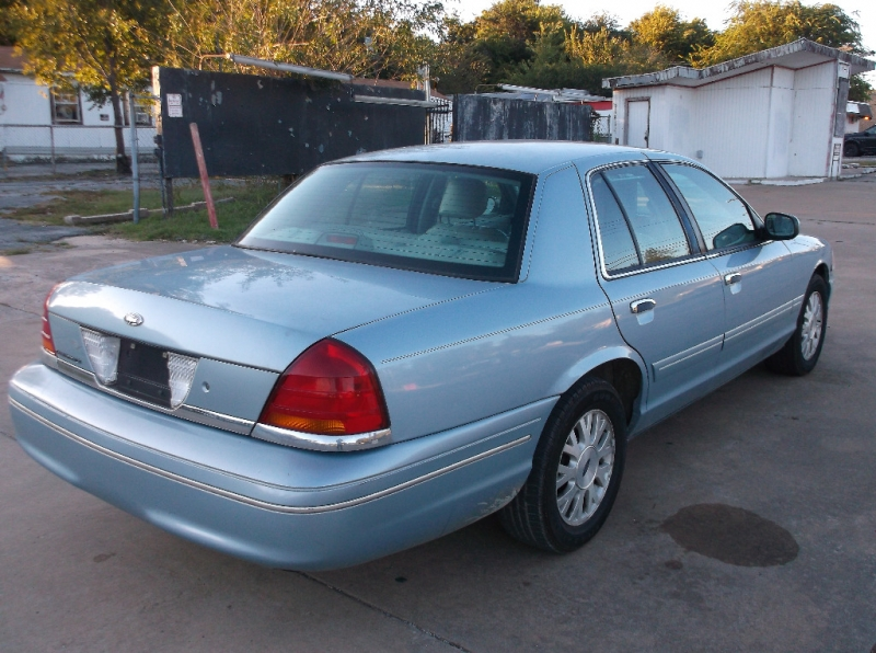 Ford Crown Victoria 2003 price $2,500