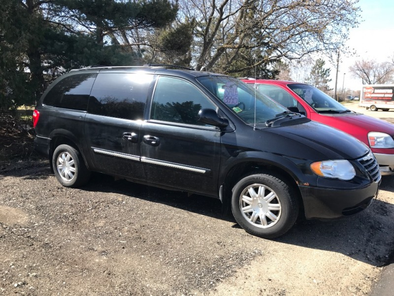 Chrysler Town & Country 2005 price $3,995