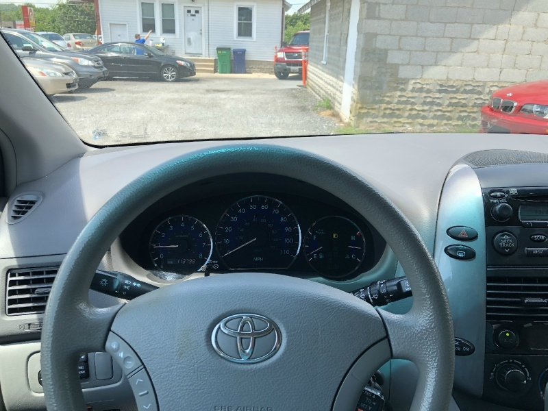 Toyota Sienna 2010 price $9,440