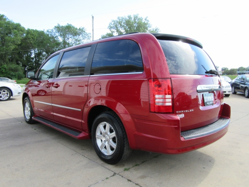 Chrysler Town & Country 2009 price $5,595