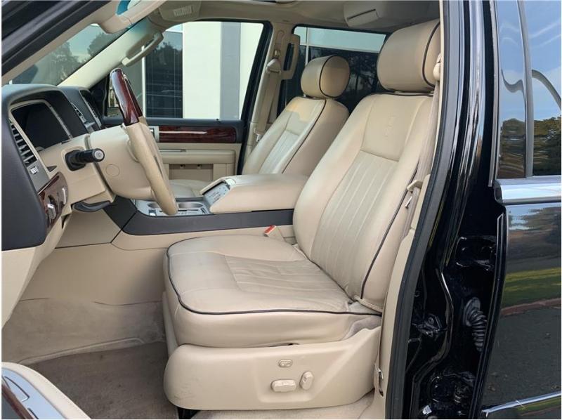 Lincoln Navigator 2006 price $8,990