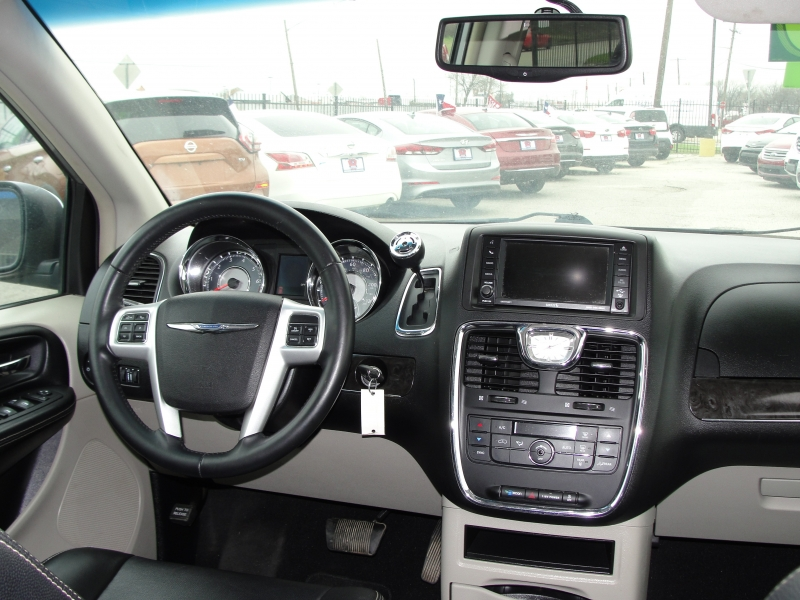 Chrysler Town & Country 2015 price $2,000 Down