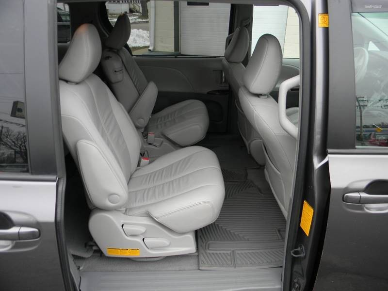 Toyota Sienna 2011 price $12,957