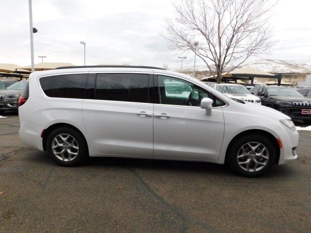 Chrysler Pacifica 2019 price $33,088