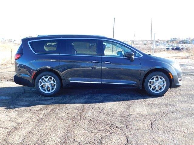 Chrysler Pacifica 2019 price $40,646