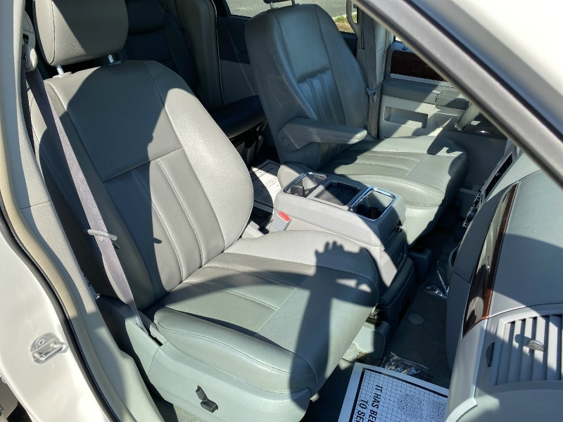 Chrysler Town & Country 2010 price $8,795