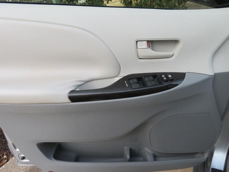 Toyota Sienna 2011 price $9,588