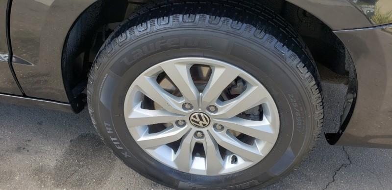 Volkswagen Routan 2012 price $9,599