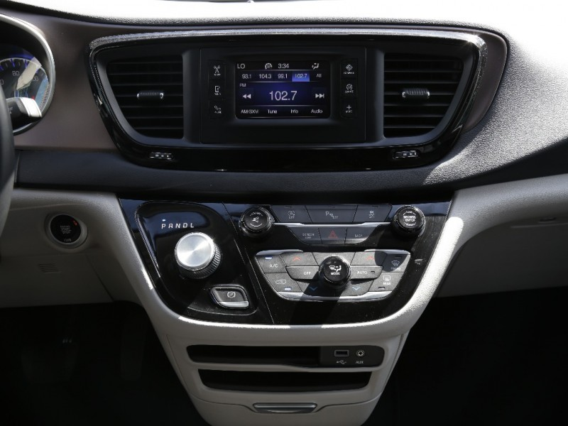 Chrysler Pacifica 2017 price $26,995