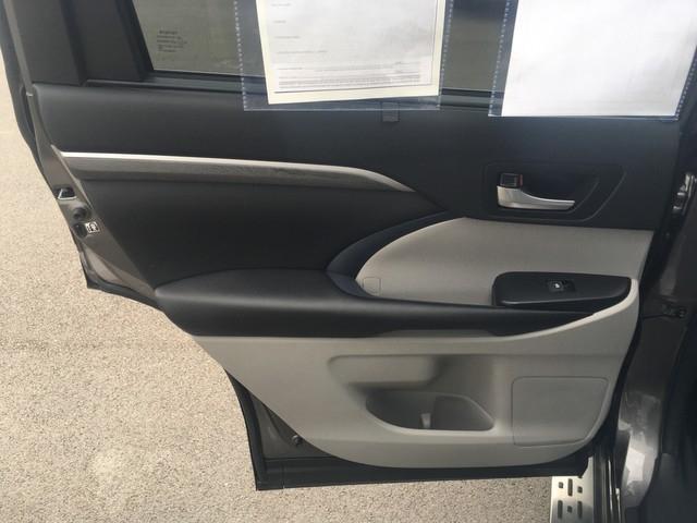 Toyota Highlander 2018 price $37,579