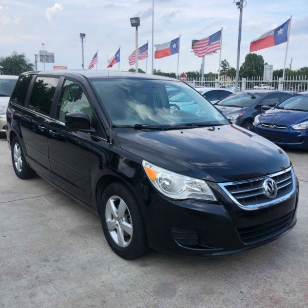 Volkswagen Routan 2010 price $5,999